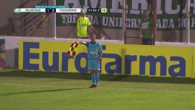 Léo Passos pega rebote e cabeceia para o gol, mas juiz marca impedimento, aos 46' do 2°T