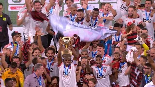 Juan ergue o troféu de campeão carioca pelo Flamengo