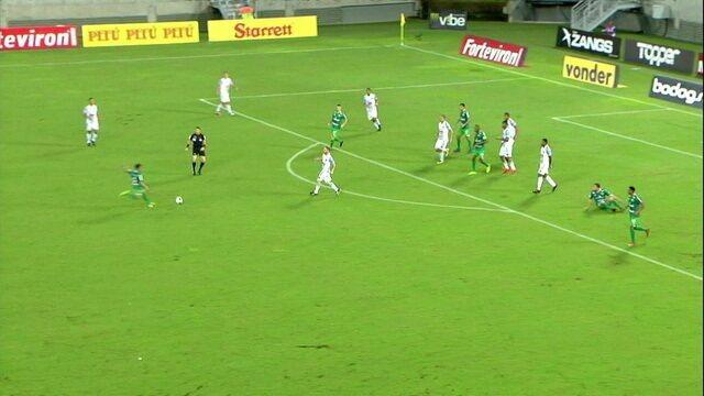 Toty manda uma bomba, mas a bola passa por cima do gol, aos 19' do 1ºT