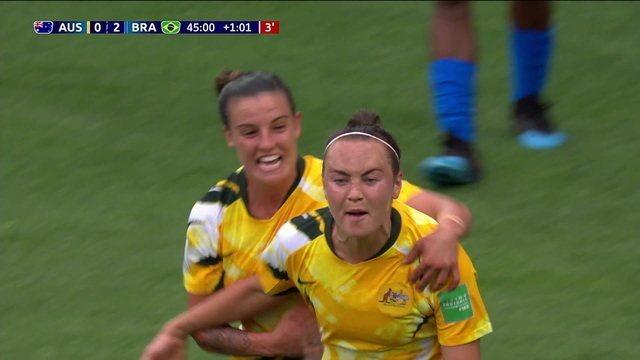 Gol da Austrália! Foord aproveita o cruzamento e diminui o placar, aos 46' do 1º tempo