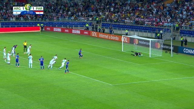 Derlis González cobra pênalti, mas Armani faz a defesa, aos 17' do 2º tempo