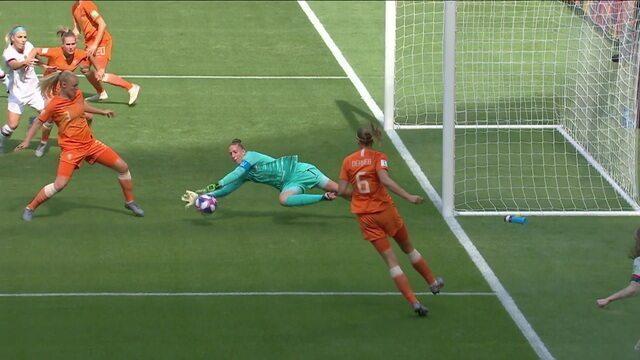 EUA chegam com perigo, mas Van Veenendaal fica com a bola, aos 16 do 1º tempo