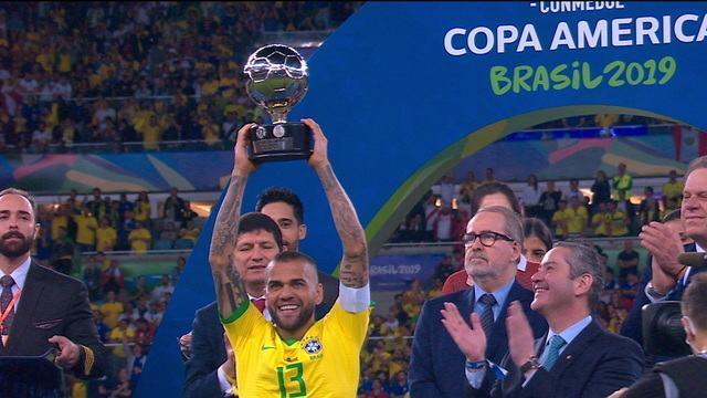 Daniel Alves recebe prêmio de melhor jogador da Copa América 2019