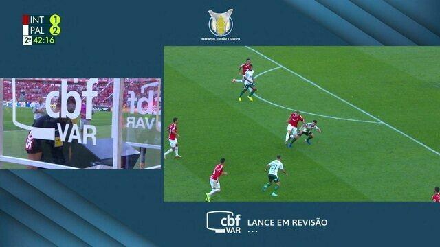 Bruno Henrique balança a rede, mas árbitro anula o gol por um suposto toque de mão de Willian, aos 39' do 2º tempo