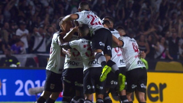 Gol do Vasco! Guarín cobra falta rasteiro, por baixo da barreira, e faz o seu primeiro gol no Vasco, aos 8 do 1º tempo