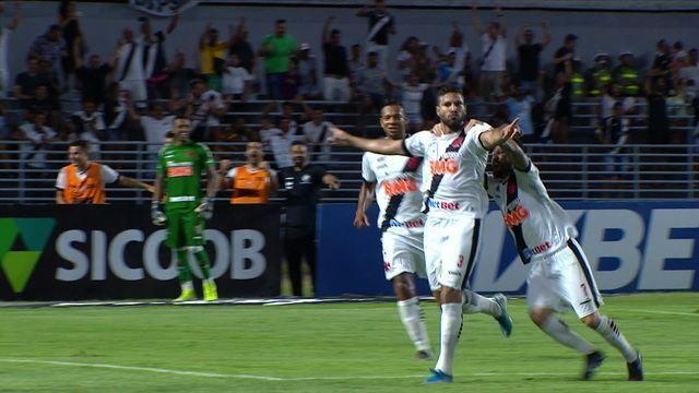 Gol do Vasco! Oswaldo Henríquez sobe mais que a defesa e vence João Carlos, aos 21' do 2ºT