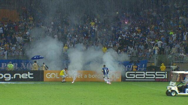 Torcedores do Cruzeiro atiram sinalizadores em campo e geram grande confusão nas arquibancadas, aos 29' do 2ºT