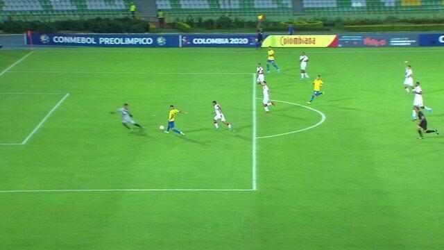 Pedrinho deixa Paulinho cara a cara com Solís e ele chuta para fora, mas juiz marca impedimento, aos 38' do 1ºT
