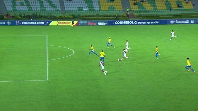 Fernando Pacheco carrega sozinho e chuta da entrada da área por cima do gol, aos 31' do 2ºT