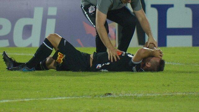Não dá mais! Ramiro cai no chão com a mão no rosto e precisa ser retirado de maca, aos 18 do 2º