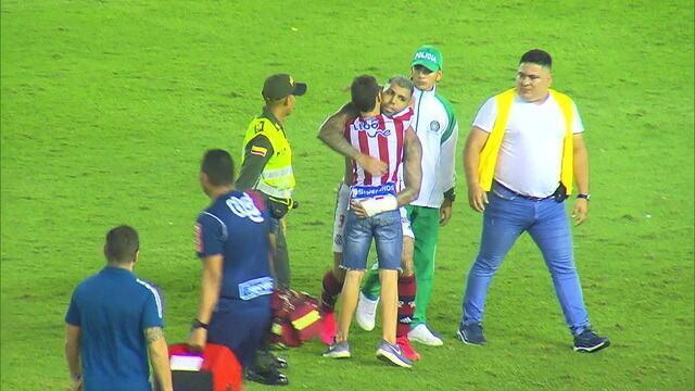 Torcedor do Junior Barranquilla invade campo e ganha chuteiras de Gabigol