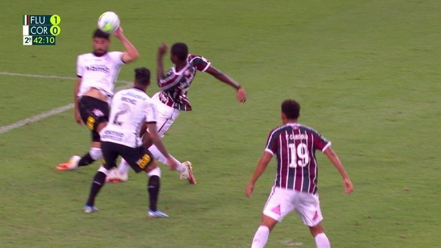 Pênalti para o Fluminense! Luiz Henrique gira e chuta, bola bate no braço de Bruno Méndez e juiz marca, aos 40 do 2º tempo
