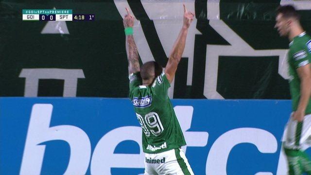 Gol do Goiás! Após cobrança de escanteio, Fernandão sobe nas costas de Iago Maidana e cabeceia para abrir o placar, aos 4 do 1º