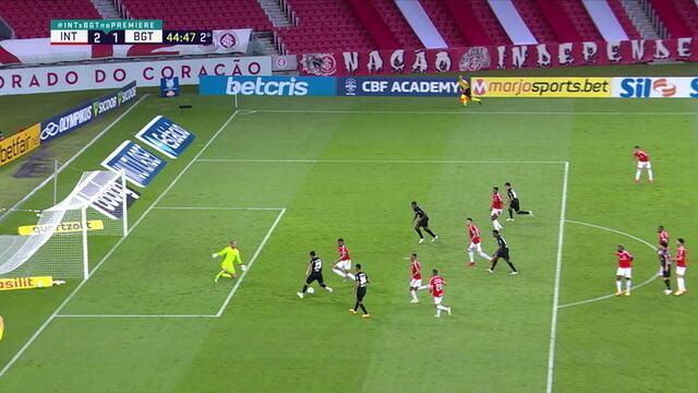 Lomba sai muito bem do gol e faz uma linda defesa para evitar o gol de empate, aos 44 do 2º