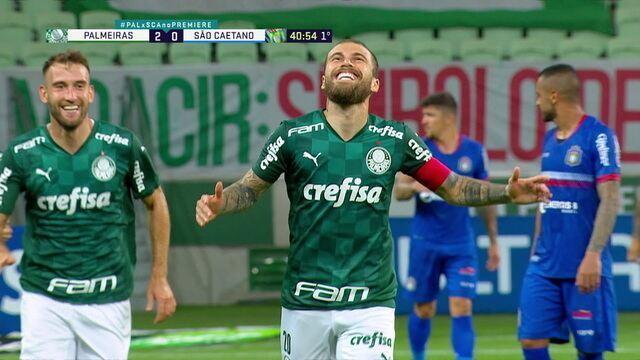 Gol do Palmeiras! Scarpa cobra o escanteio buscando Lucas Lima na entrada da área, e o meia pega de primeira, aos 40 do 1ºT