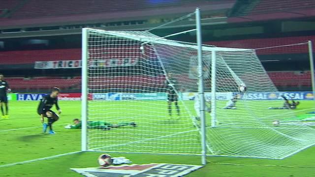 Gol do São Paulo! Cleiton espalma, mas a bola bate em Léo Ortiz e marca gol contra, aos 25 do 2º tempo.