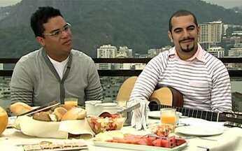 Músicos do Sorriso Maroto são os convidados do café da manhã - Bruno e Sérgio contam a trajetória da banda e também relembram sucessos do grupo. Eles comentam que muitas músicas do Sorriso Maroto são inspiradas em histórias de amor da própria banda.