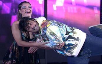 Rock nacional com De Luca - Letícia Weis colocou Bruno para dançar e arrasar ao som de um rock anos 80 no palco do Domingão. Assista aqui!