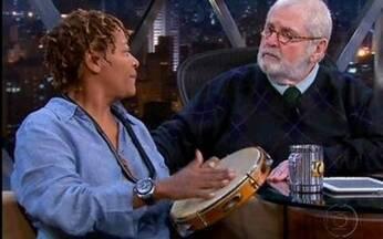 Jô brinca com Mart'nália e Miltinho - Apresentador diz que não sabe tocar pandeiro e pede que cantora e Miltinho mostrem como é.