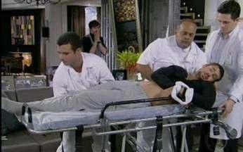 Vale a Pena Ver de Novo - Em Passione, Danilo é internado à força - Personagem de Cauã Raymond, dependente de drogas, é internado pela mãe Stela, vivida por Maitê Proença.