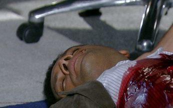 Passione - capítulo de segunda feira, dia 01/11/2010, na íntegra - Acidentalmente, Mauro atira em Noronha e grita por socorro