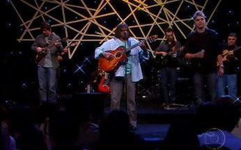 """Milton Nascimento canta """"E a gente sonhando"""" - Cantor encerra o Programa do Jô em grande estilo."""