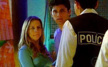 Capítulo de 12/11/2010 - Pedro e Catarina são surpreendidos pela visita de dois policiais, que apreendem o notebook do DJ.