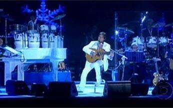 Roberto Carlos canta `Detalhes` - Milhares de pessoas acompanham o sucesso do cantor na praia de Copacabana