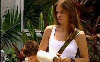 Capítulo de 18/02/2011 - Raquel chega ao colégio com o braço quebrado.