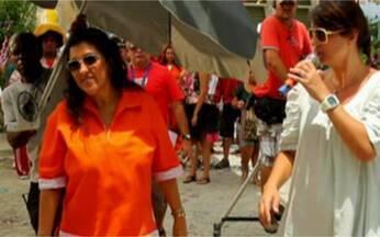 Vídeo Show News confere Regina Casé na gravação da campanha de carnaval - Fantasiada de anjo, garçom e gari, Regina aconselhou curtir a festa sem exageros.
