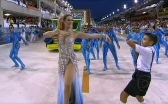 Comissão de frente da Beija-flor faz uma homenagem à trajetória de Roberto Carlos - Carlinhos de Jesus comanda os bailarinos da Azul e Branco de Nilópolis. Desde 1992 no mundo do samba, o coreógrafo une a encenação à dança.