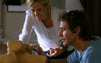 Morde e Assopra - Capítulo de segunda-feira, 28/03/2011, na íntegra - Naomi entra em conflito com suas lembranças. Júlia e Abner se beijam. Tiago acha a primeira vértebra do Titanossauro.
