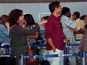 Aquele Beijo - primeiro capítulo, dia 17/10/2011, na íntegra - Cláudia conhece Vicente no aeroporto