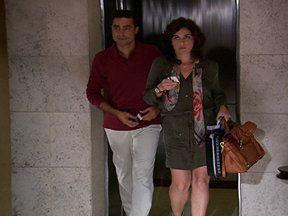 Aquele Beijo - capítulo de terça-feira, dia 18/10/2011, na íntegra - Claudia e Vicente se conhecem no aeroporto. Alberto tenta convencer Sarita sobre a demolição do Covil do Bagre. Felizardo descobre que sua irmã foi encontrada. Claudia e Vicente se hospedam no mesmo hotel, no mesmo andar.