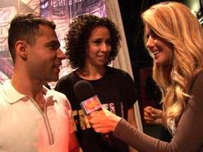 Martha Graeff entrevista Rodrigo Sant'anna e Thalita Carauta saindo do palco - Humoristas contam qual é a importância de participar do Domingão