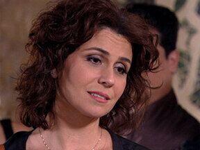 Aquele Beijo - capítulo de quarta-feira, dia 23/11/2011, na íntegra - Claudia vê Lucena com lindo vestido de noiva e morre de ciúme