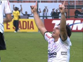 Corinthians ganha título do Brasileirão em clássico com o Palmeiras - A tensão do Corinthians deixou o jogo melhor para o Palmeiras que dominou o primeiro tempo do jogo. O jogador Emerson, mesmo suspenso, apareceu no campo para comemorar a vitória com uma réplica da taça de campeão brasileiro.