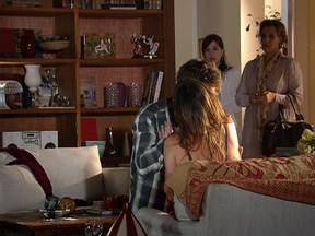 Cap. 28/12 - Cena: Manu flagra beijo de Ana e Rodrigo - Em conversa emocionada, Rodrigo e Ana não resistem à paixão e acabam se beijando. Eva e Manuela surpreendem o casal