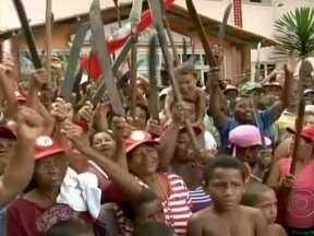 Mais 800 integrantes do MST invadem seis prefeituras na Bahia - Os invasores chegaram de manhã em seis ônibus com colchões, barracas e mantimentos. Eles protestam contra o fechamento de escolas. Em 2011, o prédio ficou invadido por dois dias.