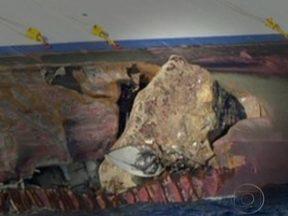 Foto mostra pedaço de rochedo que entrou pelo casco do navio - Uma foto que chegou pelas agências de notícia mostra um pedaço do rochedo que entrou pelo casco do navio. A colisão causou um rombo de 70 metros no casco.