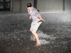 Temporal causa alagamentos em São Paulo - A chuva forte deixou 12 pontos alagados. Comerciantes fecharam lojas e motoristas abandonaram carros. Na Zona Sul, uma árvore caiu sobre oito veículos. O ator americano Ashton Kutcher postou fotos na Internet surfando na enxurrada.