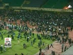 Tumulto em jogo de futebol no Egito termina com 73 mortos e centenas de feridos - Torcedores do time da casa, o Al-Masrí, invadiram o gramado e atiraram pedras, garrafas e fogos de artifício na direção dos torcedores do Al-Áli. Mais de 150 pessoas ficaram feridas, e segundo a rede britânica BBC, havia pouco policiamento no local.