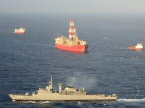 Marinha e Ibama sobrevoam área de vazamento de óleo na Bacia de Santos - Segundo os técnicos, o vento e as ondas ajudaram e as manchas estão menores. Três barcos da Petrobras jogam agua para dispersar o óleo.