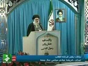 Irã diz que vai responder a qualquer ameaça contra o país - O líder supremo Ali Khamenei disse que ameaças ao Irã acabariam ferindo principalmente a América. A declaração foi em resposta às sanções dirigidas à indústria do petróleo adotadas pelo governo americano e pela União Europeia.