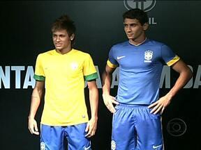 CBF apresenta nova camisa da Seleção Brasileira - Neymar e Ganso foram os modelas da apresentação. A camisa é mais leve. Ela deve ser usada pela primeira vez no amistoso contra a Bósnia, dia 28.