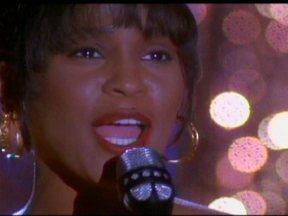 Veja imagens de Whitney Houston - As imagens são do filme O guarda-costas. A cantora nasceu em 1963 e morreu no sábado (12).