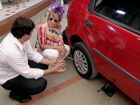 Engenheiro mostra maneira simples de mulheres trocarem o pneu do carro - Mais Você derrubou o mito de que só homem é capaz de realizar a tarefa