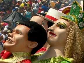 Blocos tomam conta do Recife na última noite de carnaval - A praça do Marco Zero está lotada pela multidão. Turistas e moradores aproveitam cada instante da festa. Em Olinda, o dia foi marcado pelo desfiles dos bonecos gigantes.