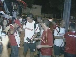 Inter é recebido por torcedores em Santa Cruz - Alguns poucos, mas empolgados fãs, esperaram a equipe em frente ao hotel.