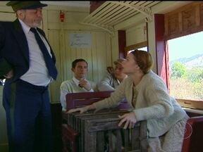 Ana Francisca quase é expulsa do trem - Os animais dela incomodam os passageiros, mas o condutor se comove com a triste história de Ana